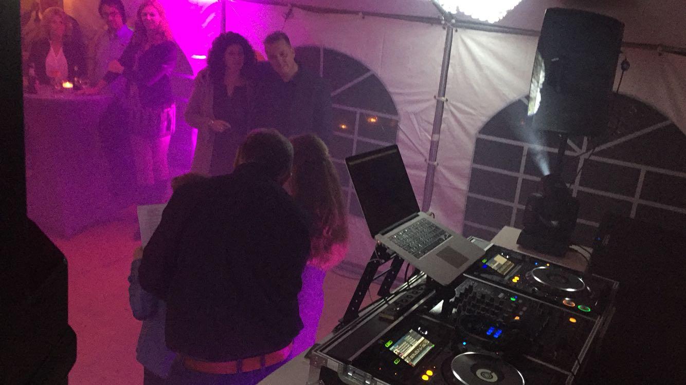 DJ Olivier draaide zaterdag op het 12 1/1 jarig huwelijksfeest bij Mieke & Erwin! Het ging al vroeg los en ging door tot in de late uurtjes!